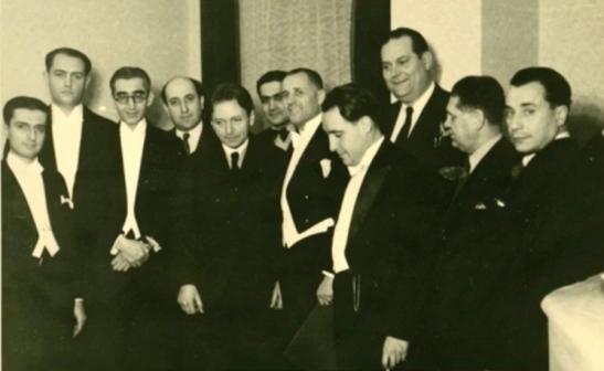 După un concert la Ateneu, Constantin Silvestri alături de George Enescu, Dinu Lipatti, Alfred Alessandrescu, Mihail Jora și alți muzicieni români.