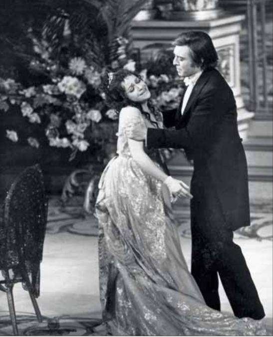 «Di lagrime avea d'uopo» Ileana Cotrubaș (Violetta) și Giacomo Aragall (Alfredo),  regia: Otto Schenk, Opera din München, 1975.