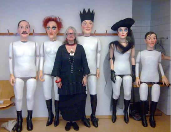 Marie-Jeanne Lecca împreună cu păpușile ei, create pentru Un ballo in maschera, la Oper Zürich