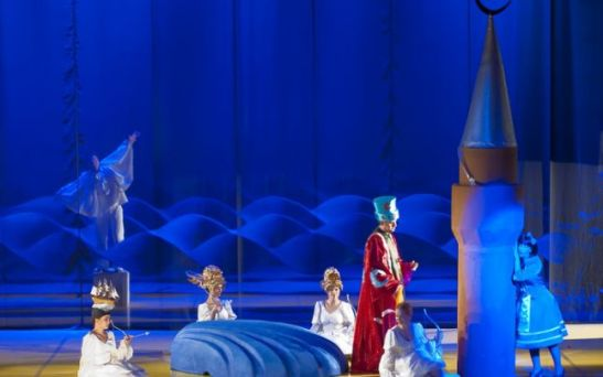 Scenă din Indiile galante, în regia lui Andrei Şerban, de la Opera Naţională din Iaşi FOTO: Paul Buciuţă