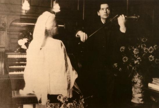 George Enescu cântând la vioară. La pian... regina Carmen Sylva.