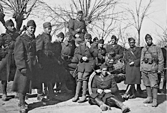 Fotografie din anul 1942, realizată la Giurgiu, imediat după luptele de la Odessa. Primul din stânga este Neagu Djuvara