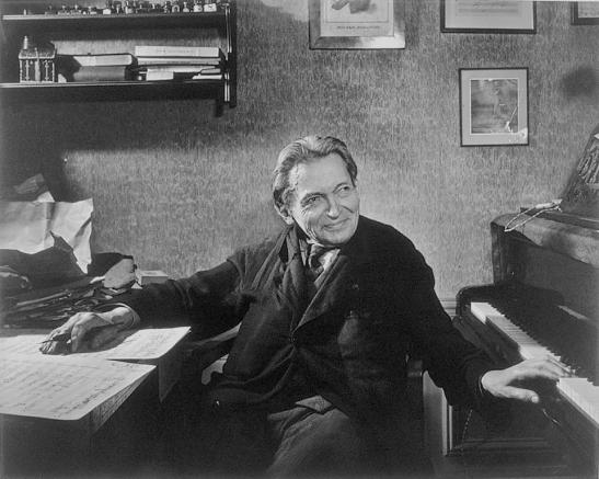 Talent multiplu: Enescu excela ca violist, pianist, dirijor și compozitor (Foto: Yousuf Karsh, 1954)