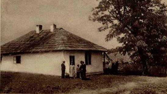 Casa din Liveni, unde s'a născut George Enescu. Redactorul nostru stă de vorbă cu actualii locatari, în fața ferestrei unde se juca Georgică, privind spre livadă.