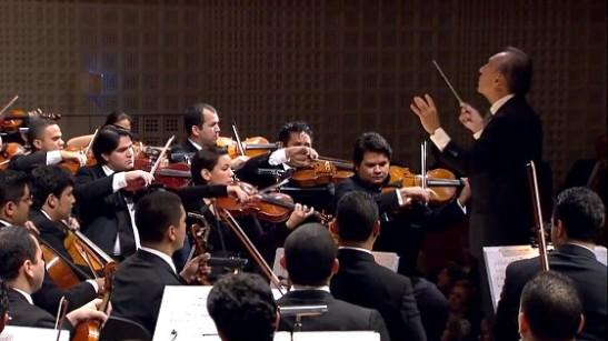 Claudio Abbado în fruntea Orchestrei Simon Bolivar. În Italia, dirijorul umanist era președintele de onoare al Sistema