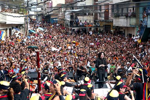 Gustavo Dudamel, fiu al Sistema și idol al tinerilor muzicieni, dirijând un concert pe străzile din Caracas
