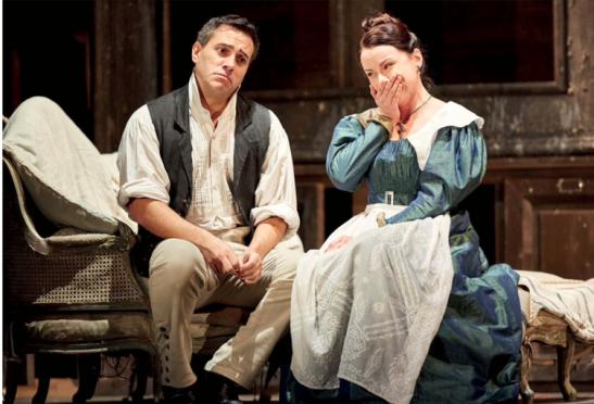 """""""Nozze di Figaro"""", în viziunea lui David McVicar, regizor fetiș al Covent Garden, unde se preferă inspirația teatrală consensuală, dar de o calitate indiscutabilă. (în fotografie: Erwin Schrott și Anita Hartig."""