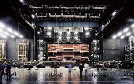 Imensa scenă de la Bastille: unul dintre instrumentele cele mai moderne din lume, care îi permite Operei de Paris să prezinte zece noi producții pe an – un record.