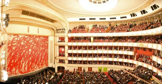 Cu aproape 2300 de locuri, marea sală de la Wiener Staatsoper rămâne una dintre vitrinele cele mai importante și mai iubite ale fostului oraș imperial.