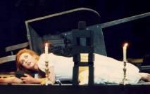 «Un gelo mi serpeggia nel sen!...» Andrea Rost (Lucia), regia: Andrei Șerban, Opéra National de Paris 1996. (L'avant scene de l'Opera)