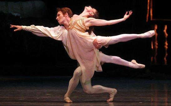 """Alina Cojocaru și Johan Kobborg, în """"Romeo și Julieta"""" la Metropolitan Opera House în 2012. Cei doi sunt logodiți, în viața reală. (Foto Credit: Andrea Mohin/The New York Times)"""