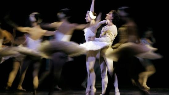 """Balerinii Julio Bocca și Alina Cojocaru în """"Lacul lebedelor"""" de Ceaikovski (Foto credit: AP)"""