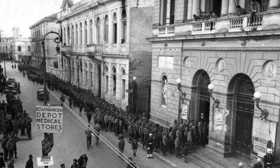 Soldați ai Armatei a V a stând la coadă pentru un spectacol la Teatro San Carlo (1944)