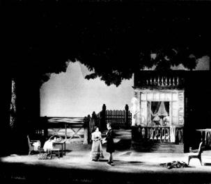 Scena de deschidere: Tatiana (Ileana Cotrubaș) este lăsată singură cu Oneghin (Victor Braun)