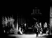 Balul de la St. Petersburg: Oneghin (Victor Braun) vorbește cu Gremin (Don Garrard) despre Tatiana (Ileana Cotrubaș),stând așezată în partea stângă a scenei
