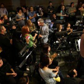 Grup de artiști oprind un spectacol la ONB