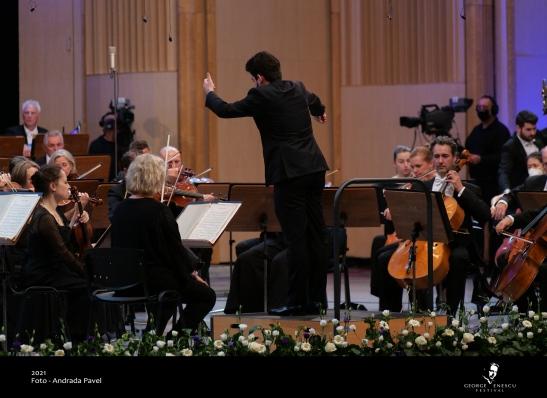 Lahav Shani dirijând Simfonia nr. 5 de Ceaikovski la Enescu 2021